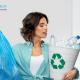 femmes tennat sac poubelle ménage et poubelle recyclage